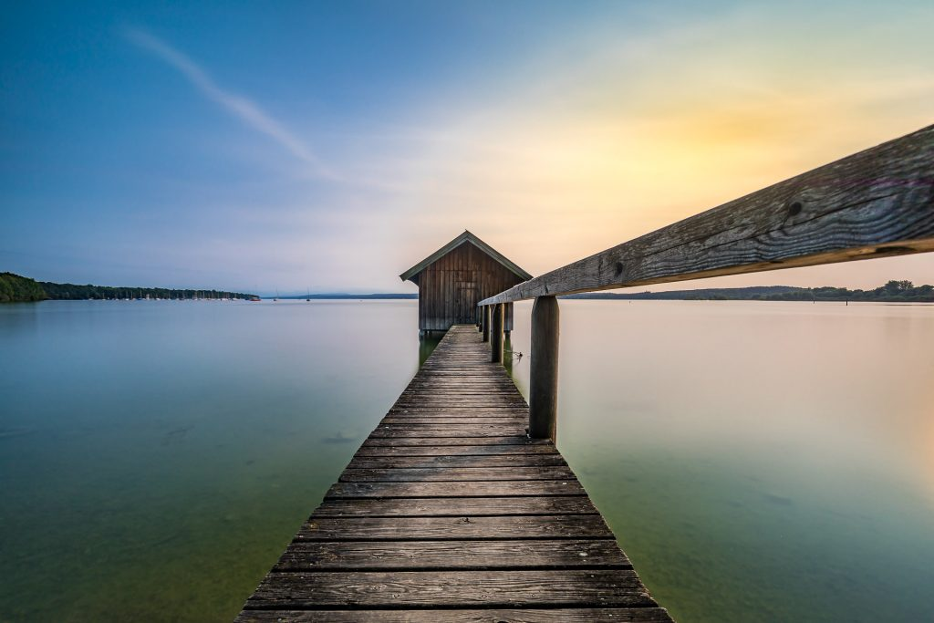 Die kleine Fischerhütte in Stegen Am Ammersee am Nachmittag fotografiert