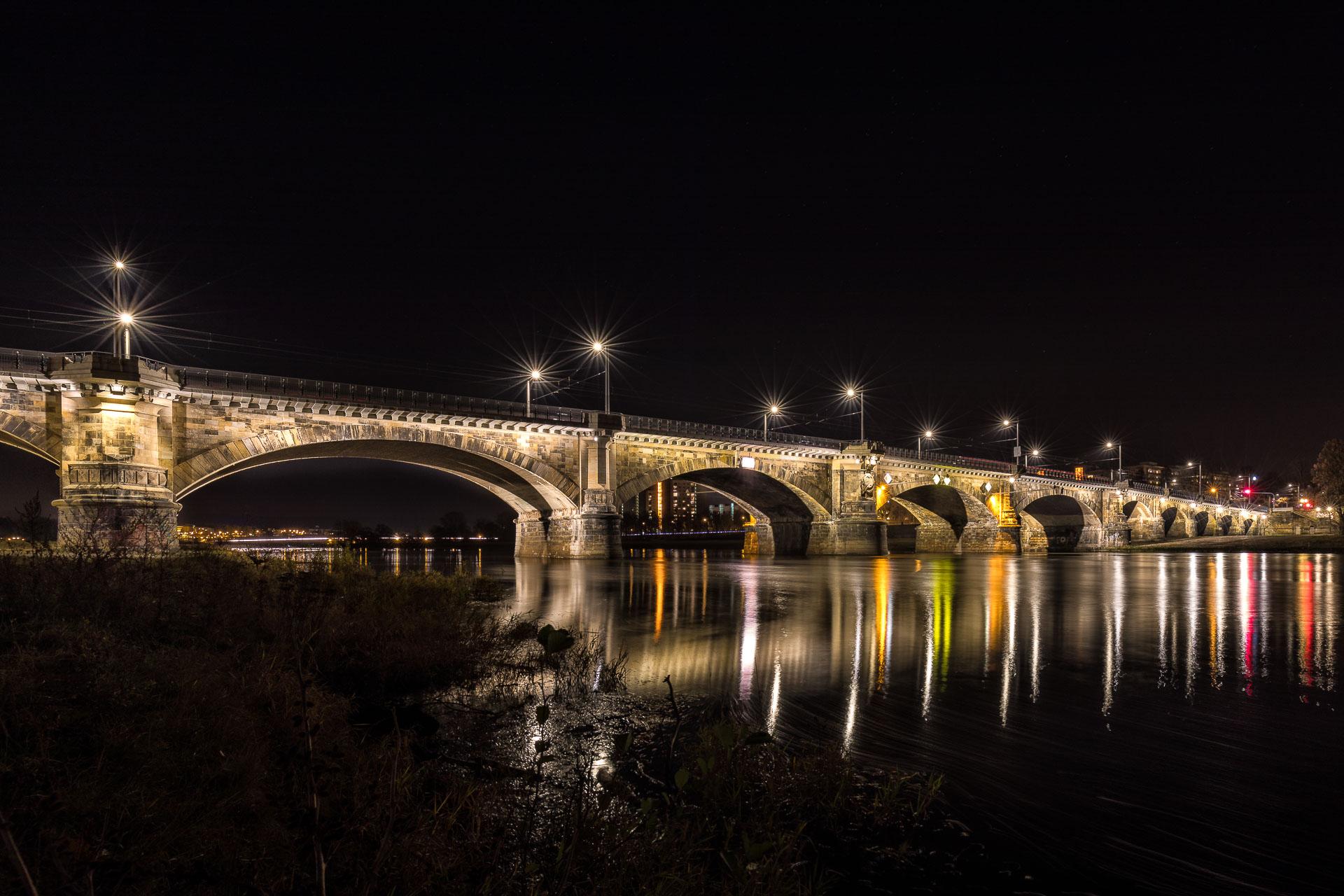 Brücke am Elbufer in Dresden Sachsen