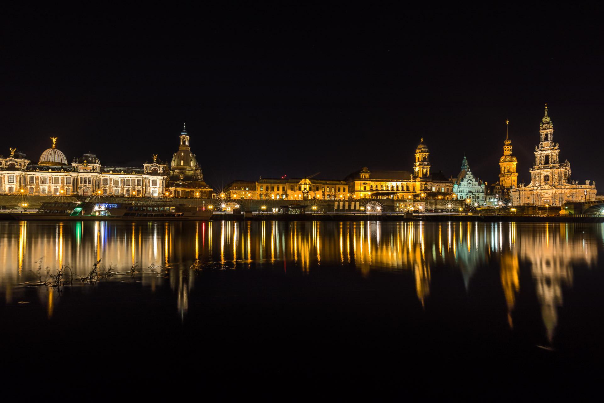 In Dresden am Elbufer mit der Frauenkirche