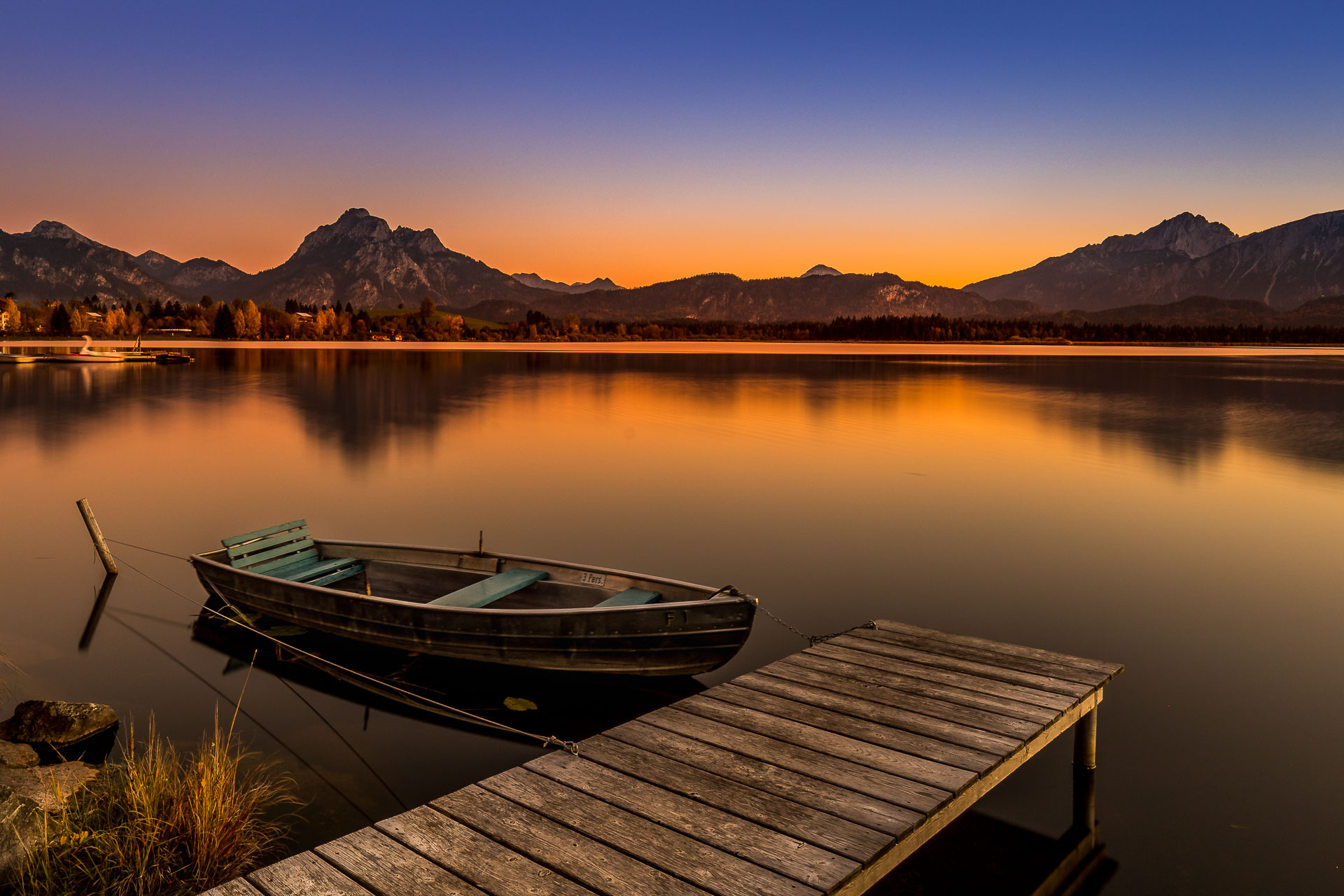 Das Boot am Hopfensee fotografiert in Richtung bayerischer Alpen bei Füssen