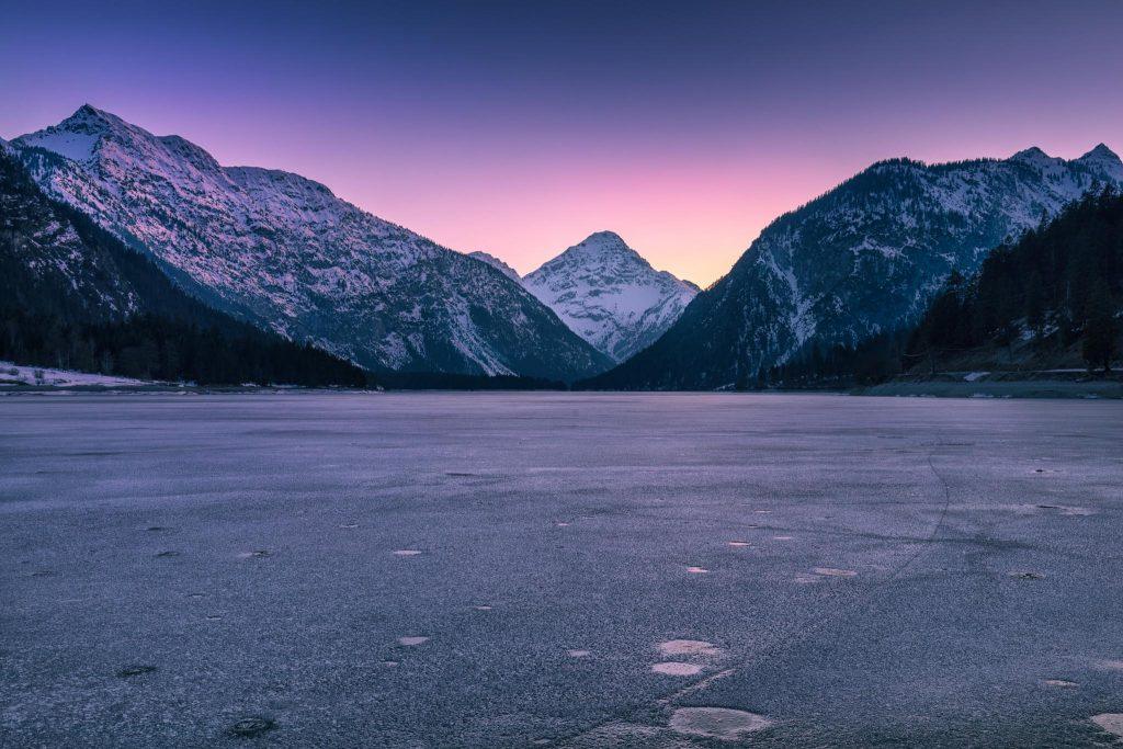Plansee im Winter mit Eisdecke